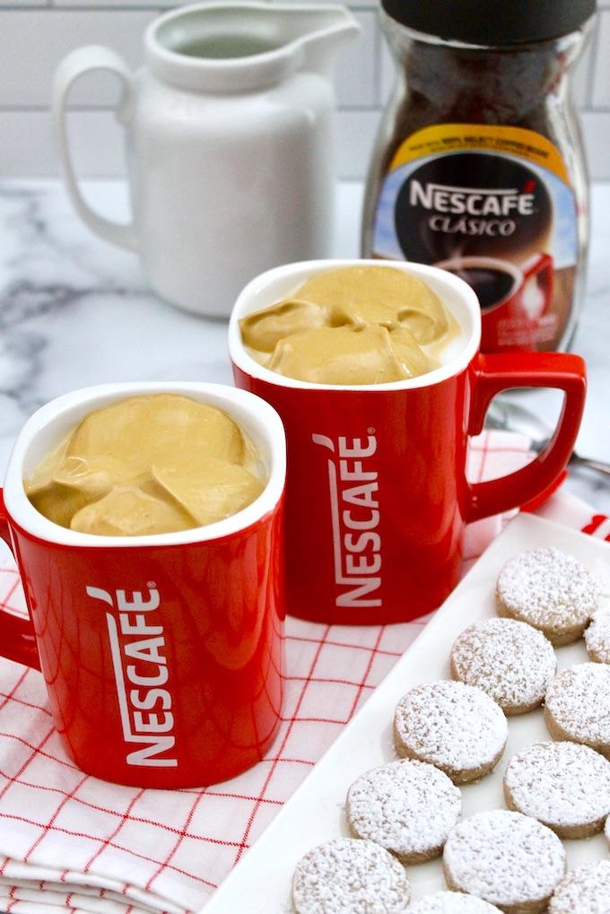 Café dalgona servido en tazas de Nescafé