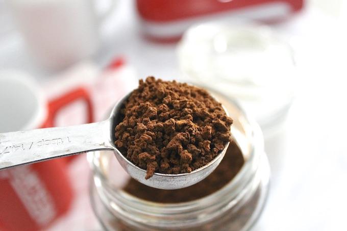 Cucharada de café instantáneo para hacer café cremoso.