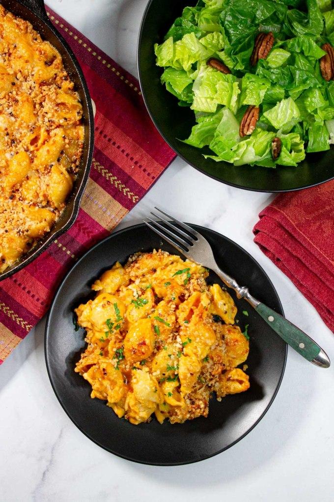plato de mac and cheese al horno con ensalada