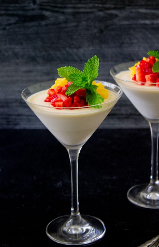 copa de panna cotta con frutas y yerbabueba