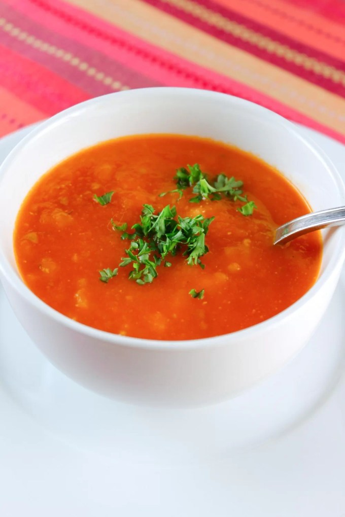 sopa de tomate al romero servida con perejill