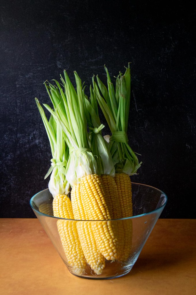 Corn ears, with the husks off, place on a glass bowl