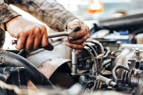 manos-sucias-auto-reparador-mecanico_93267-649