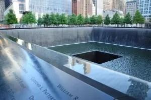 Les noms des victimes sont marqués tout autour des bassins