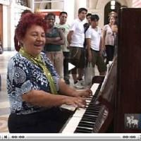 Sem-teto canta e toca piano na Estação da Luz