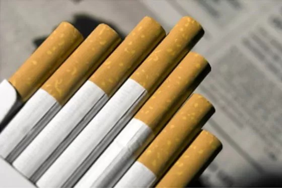Reino Unido prohibirá fumar en el carro con niños