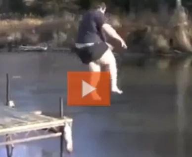 Hay que estar  loco Se lanzó a un lago congelado por el hielo (video)