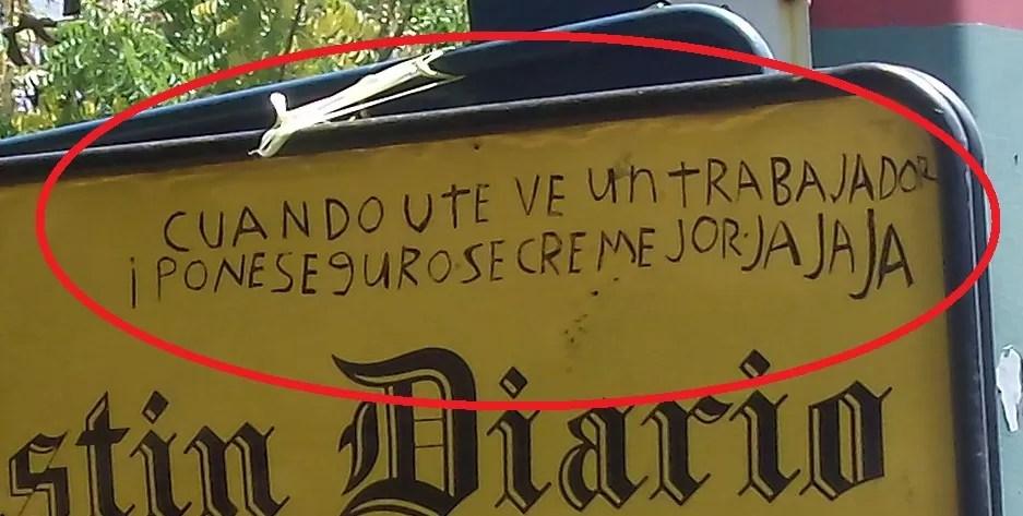 Letrero raro dejado al lado de un semáforo en la ciudad de Santo Domingo