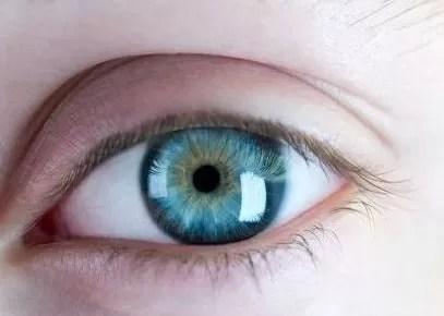A pasar por el quirófano para cambiar el color de sus ojos