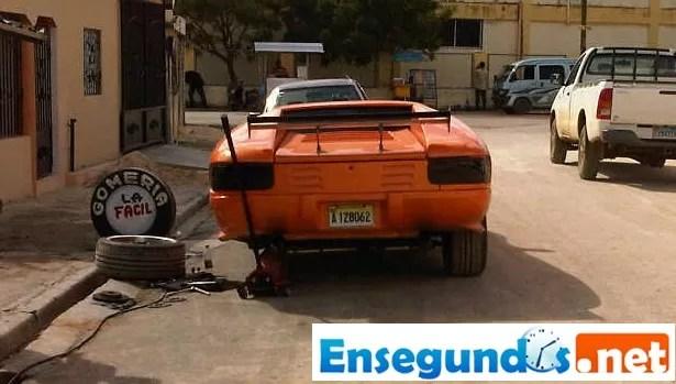 Lamborghini en un gomero¨ de Patio