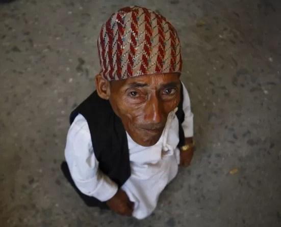 El hombre más pequeño del mundo un nepalés de 72 años que mide 54,6 centímetros