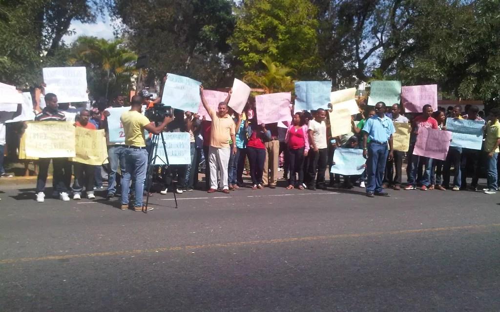 Comunidades de Sánchez Ramírez marcharon y piquetearon Ministerio de Obras Públicas