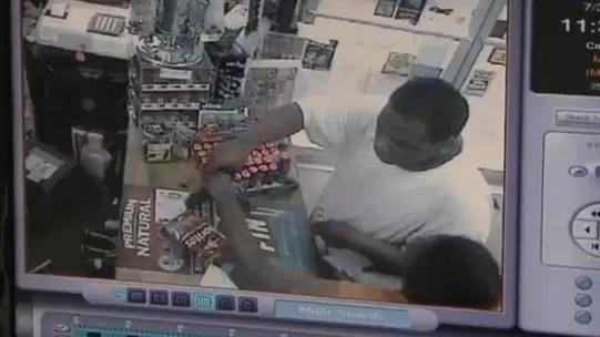 Estaba asaltando una tienda cuando llego su mamá y se lo llevó (vídeo)