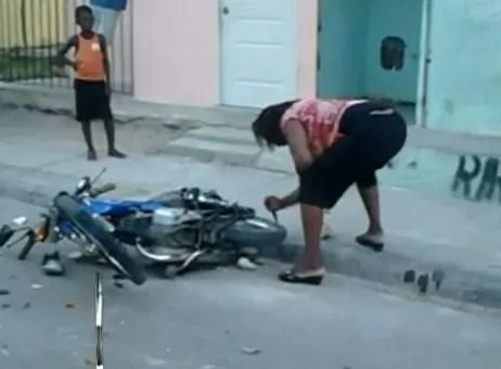 Video: Mujer celosa destruye y quema el motor de su esposo en Puerto Plata