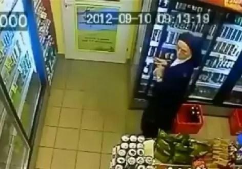"""Graban """"monja"""" robando cervezas en EE.UU."""