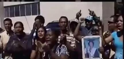 Acusados de matar una joven en Baní reciben golpes llegando al tribunal (video)