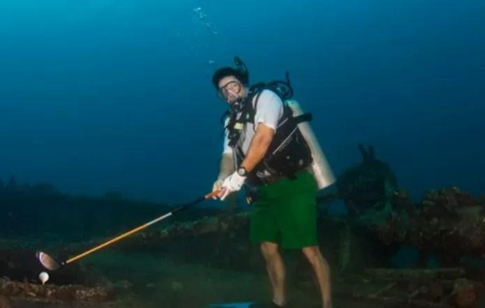 ¿Jugando golf debajo del mar? (video)