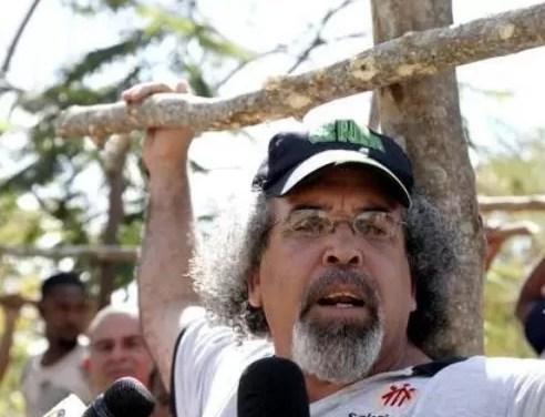 Trasladan a Rogelio Cruz a Colombia; él dice que no se va