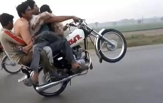 Con 4 personas maneja en una sola goma y con una sola mano (vídeo)