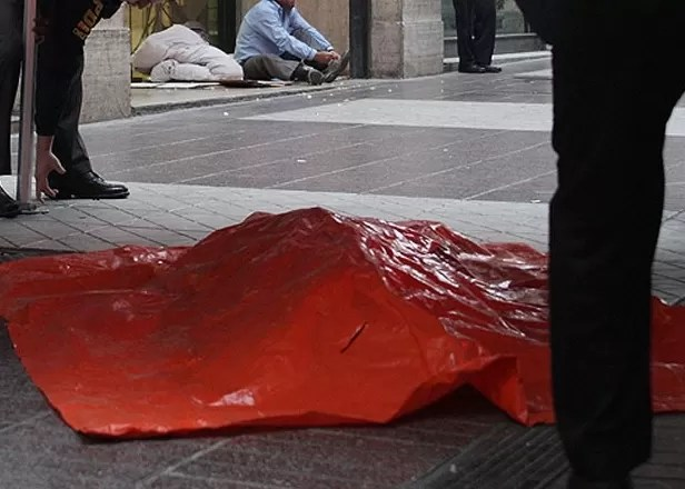 Chile: un perro paseaba por la calle con un brazo humano en su hocico