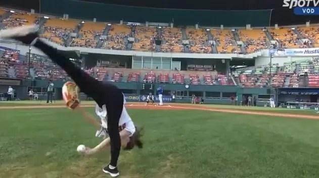 Así lanza una coreana la primera bola (video)