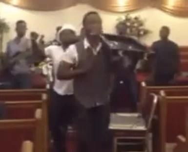 Grupo cristiano cantando Palito de Coco en iglesia evangelica