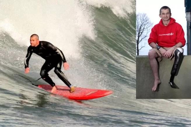Un surfista con una pierna desafía la tormenta para domar las olas