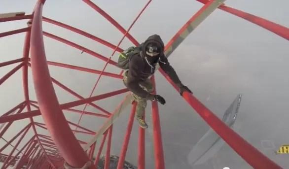 Un video muestra el ascenso de dos rusos al segundo rascacielos más alto del mundo