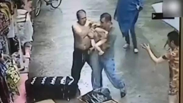 China-Hombre-atrapa-nino-techo_CLAVID20140522_0013_34