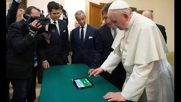 el-papa-francisco-al-momento-de-sembrar-el-primer-rbol