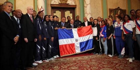 Danilo Medina despide atletas