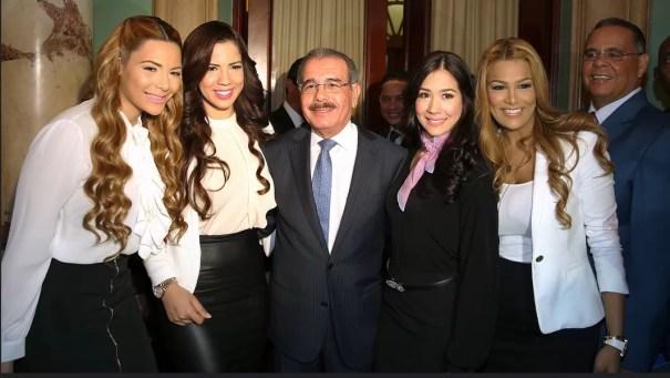 Danilo medina con presentadoras de Telemicro