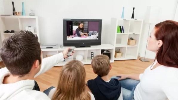 familia-viendo-television-smart-tv