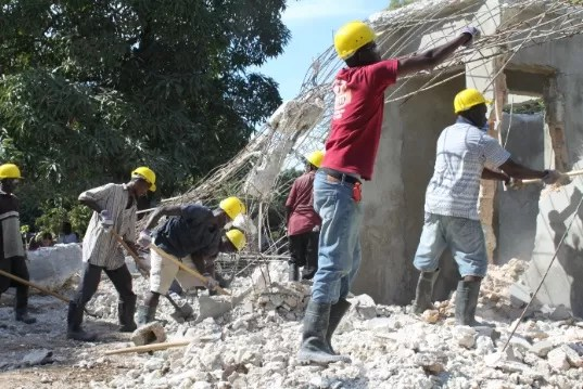 haitianos-trabajando-en-construccion
