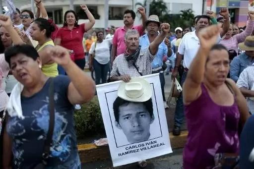 Familiares de los 43 estudiantes desaparecidos en México participan de una protesta en Acapulco, estado de Guerrero, el 4 de marzo de 2015 (AFP | Pedro Pardo)