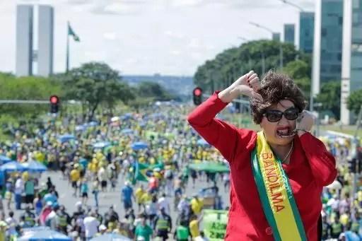 Una mujer disfrazada de la presidenta de Brasil Dilma Rousseff durante una protesta en su contra, el 12 de abril de 2015 en Brasilia (AFP | Wenderson Araujo)