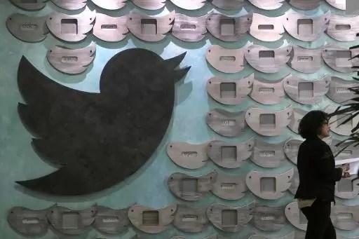 Una mujer pasa ante una pared decorada con el pájaro de Twitter en Santa Mónica, EEUU, el 7 de abril de 2015 (AFP/Archivos | Jonathan Alcorn)