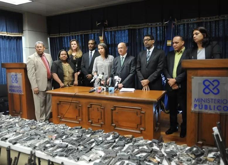 Procurador critica el af n por tener armas for Porte y tenencia de armas de fuego en republica dominicana