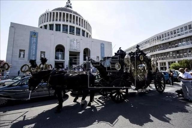 Vista del carruaje que lleva el cuerpo del capo de la mafia Vittorio Casamonica, frente a la iglesia San Juan Bosco de Roma, Italia, hoy 20 de agosto de 2015. EFE