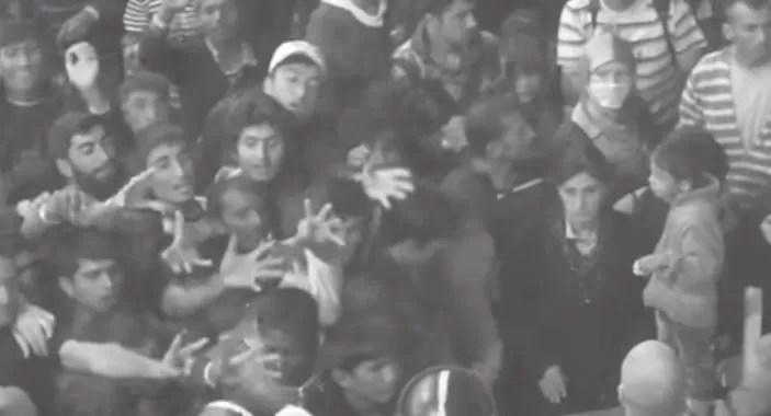 Video de la forma «inhumana» en que alimentan a migrantes en campamento de Hungría
