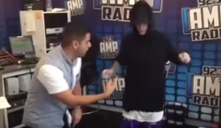 """Video: Justin Bieber se cae mientras intenta bailar el """"Kuliquitaca"""""""