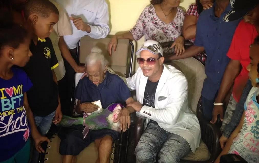 Raulín Rodríguez cumple  sueño a  fanática de 103 años de edad