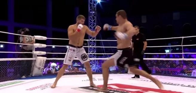 Se destroza la pierna al patear al rival (VIDEO)