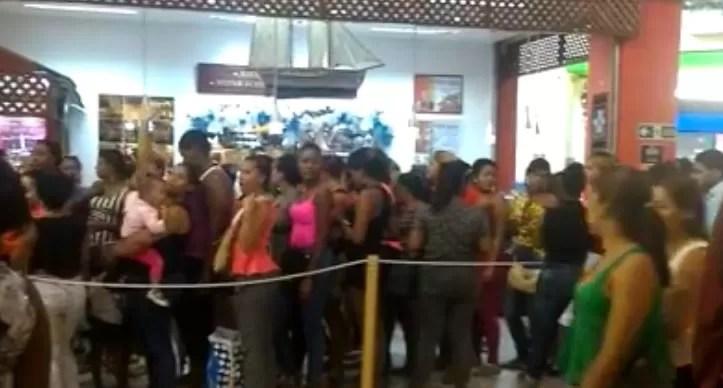 Mujeres hacen una extensa fila por oferta de cabellos en Megacentro