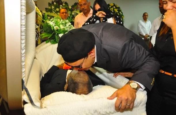 El Mayimbe pide «fortaleza» a Dios y da un beso a su padre en el ataúd