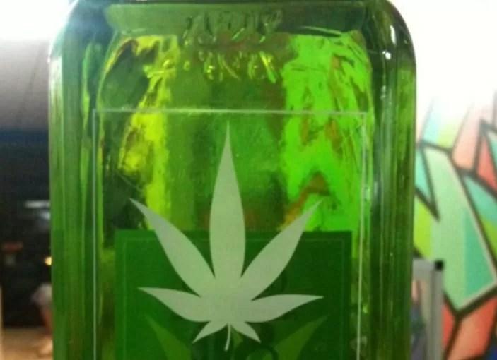 Marihuana en alcohol, remedio de la abuela que burla la prohibición en México