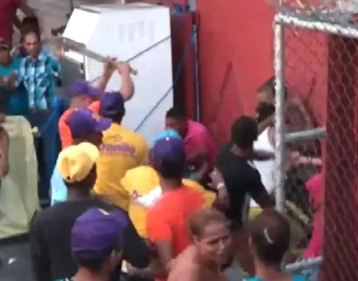 Video: Se arma pleito entre peledeístas en San Cristóbal