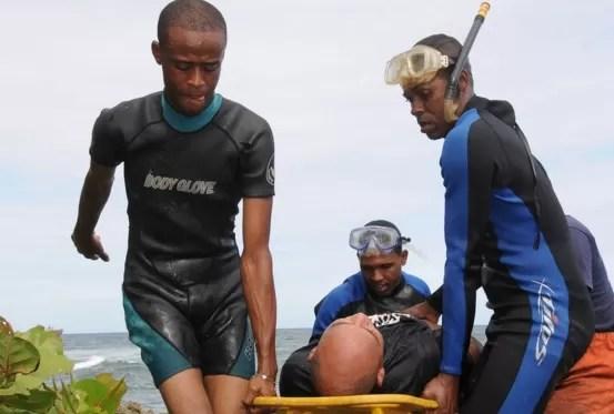 El 911  rescató a dos hombres que cayeron al mar