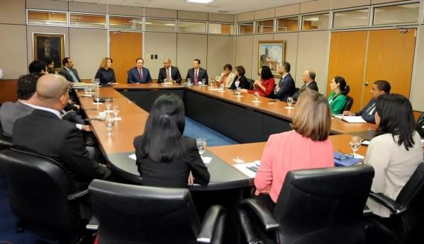 El Gobernador Héctor Valdez Albizu y funcionarios del staff técnico del Banco Central durante la reunión con los tesoreros de las entidades financieras.