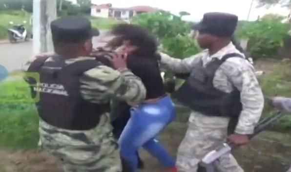 militares-golpean